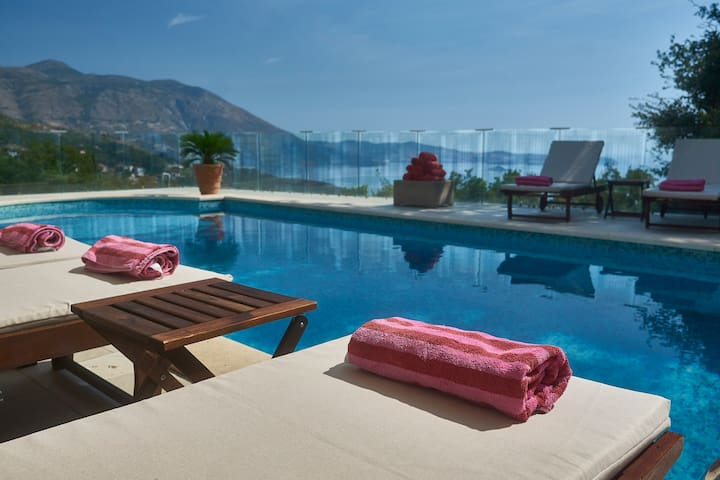 Amazing pool and seaview villa