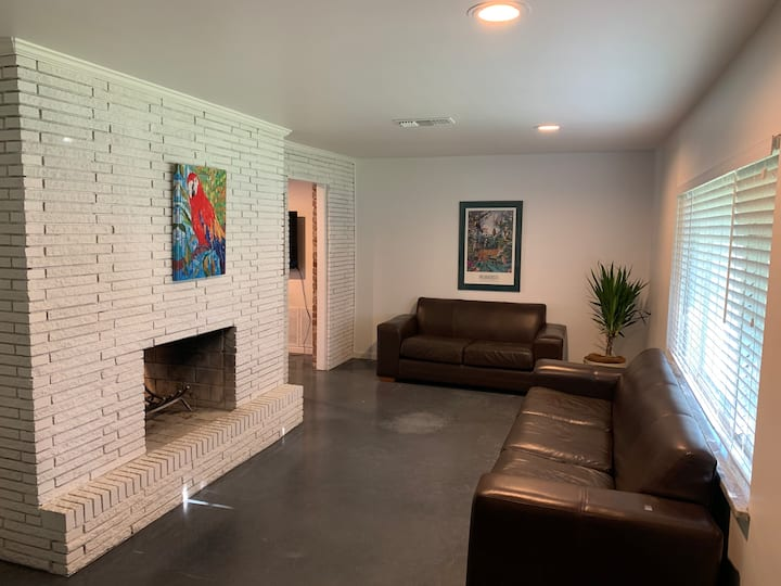 Double Fireplace Home **Pet friendly **