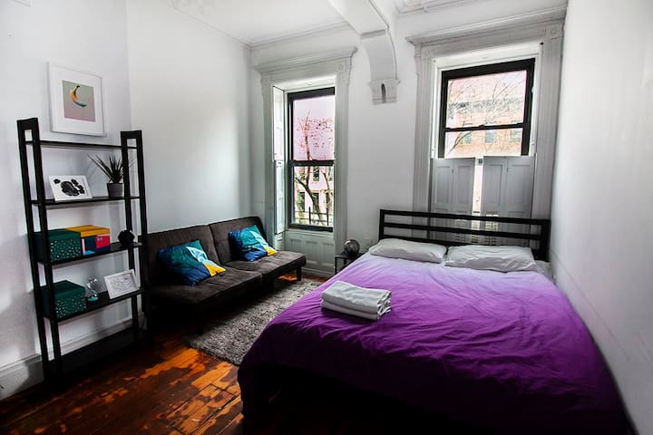 ♡Spacious room in Brownstone. 30 min to Manhattan♡