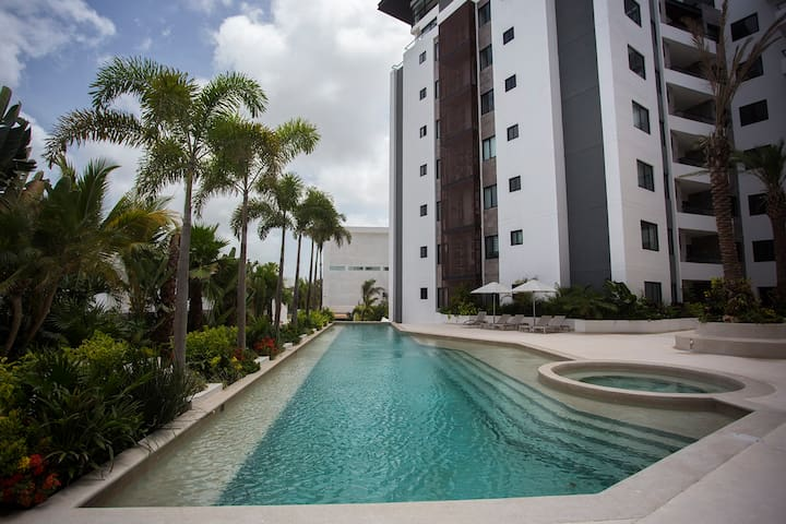 Pool, spa & jacuzzi- 3 bedrooms- close to airport!