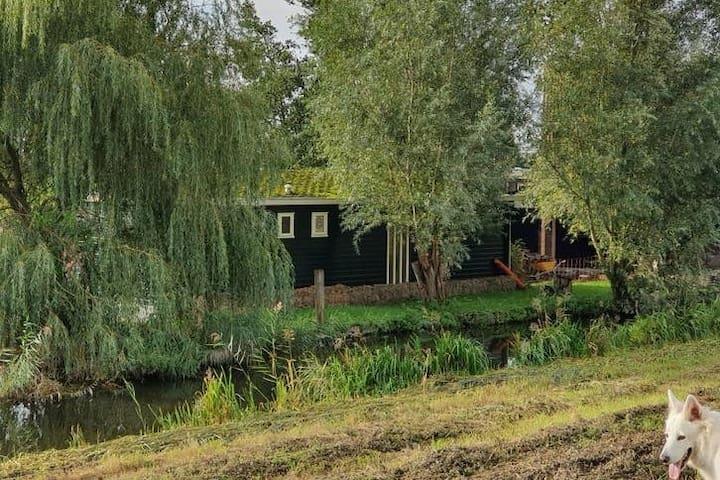 Sfeervol Chalet met privé tuin, nabij Amsterdam.