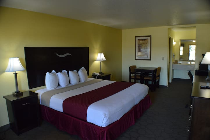 King bed hotel room w/Breakfast (Scottish Inn) - Fort Worth - Boetiekhotel