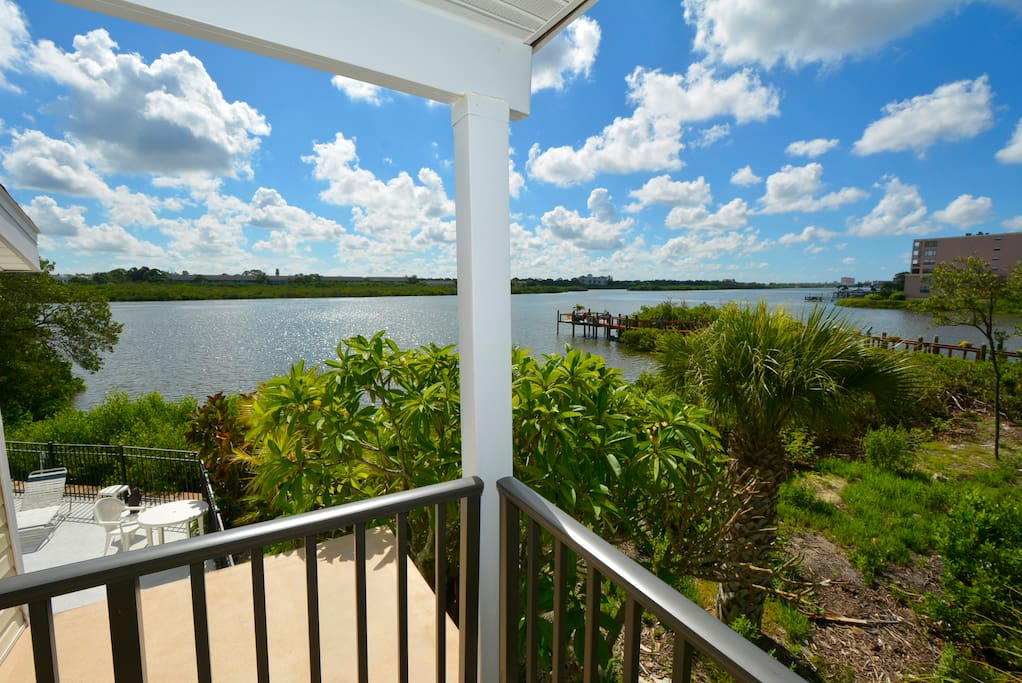 Railing,Balcony,Vegetation,Deck,Porch