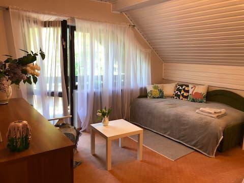 2. Przyjemna sypialnia z balkonem blisko Warszawy