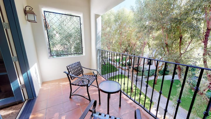 (LV004) Private Upstairs Studio near Pool and Hot Tub
