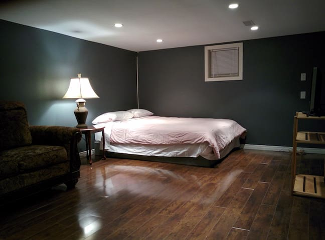 Modern & Spacious Private Queen-Bed Bachelor - Kitchener