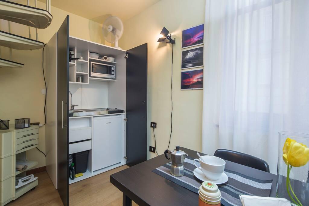Dislocato su due piani.. al piano di sotto troverete una piccola ma accogliente sala pranzo..