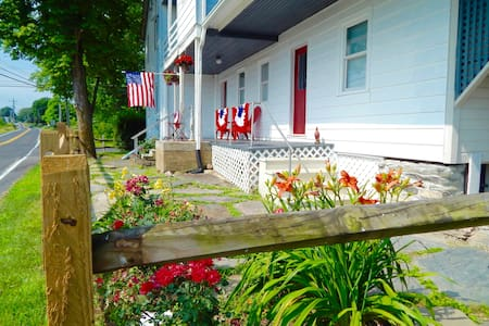 The Freckled Farmhouse in Gettysburg's Wine land! - House