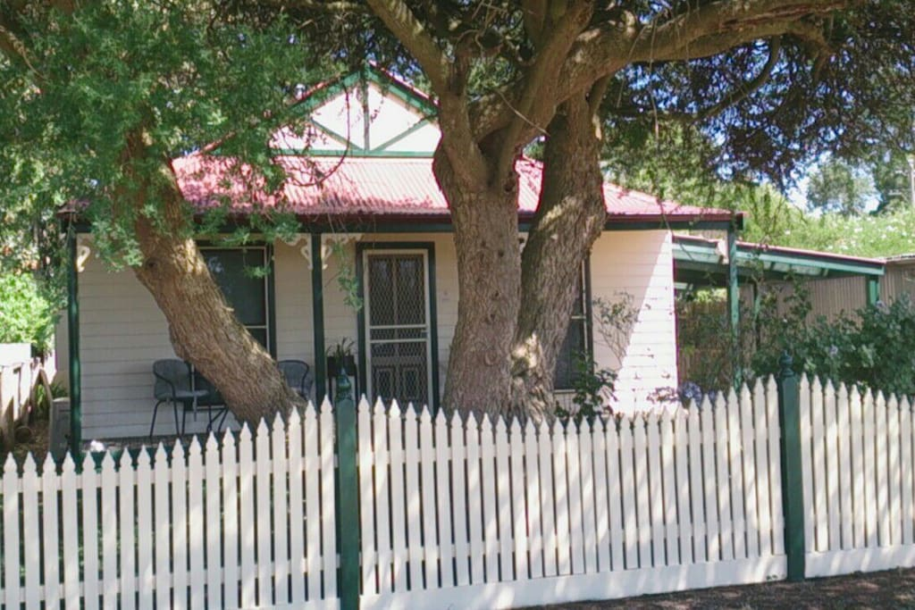 Great 16 yold Replica of miners Abelia Cottage of Daylesford fully fenced PET FRIENDLY