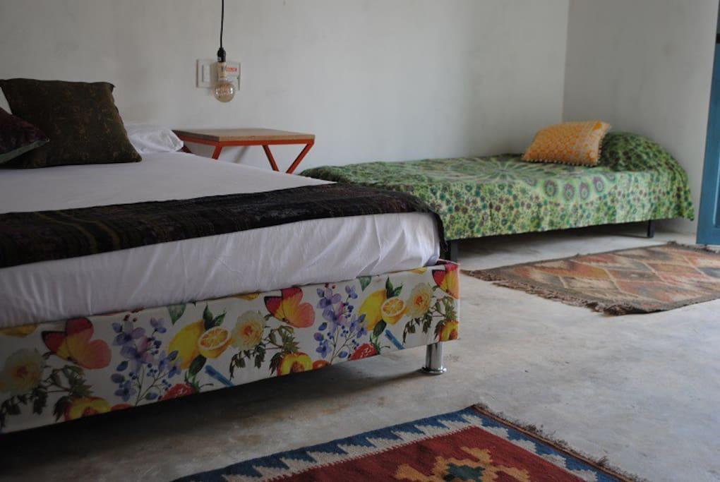 En cada una de nuestra habitaciones se pueden hospedar hasta 3 personas, 2 en una cama doble y 1 en cama sencilla.
