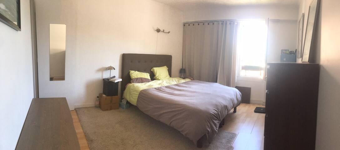Grande chambre de 15 m², lit de 160.  Des tiroirs sont disponibles pour vos vêtements.  Des playmobils et logo et Nerf  sont dispos pour les plus jeunes :-)