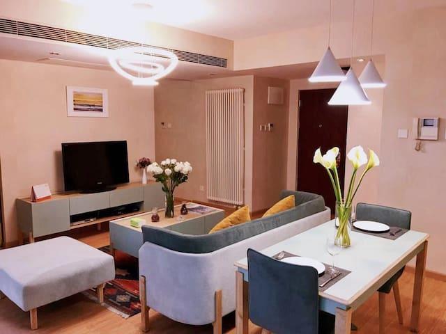 华贸公寓一居室9-502室 面积:65平米 朝向:北向 风格:现代简约风 客厅:42寸液晶电视、1个三人位沙发️一个单人位坐榻,电视柜及茶几下方有多个储藏格,简约大方实用性强。