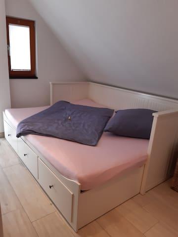 Oberer Schlafbereich für 2 Personen. Bettwäsche ist vorhanden.