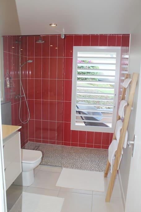 Dans la cabine de douche: galets et persiennes