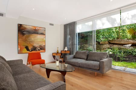 Bungalow ground floor apartment with outdoor deck - Bundeena