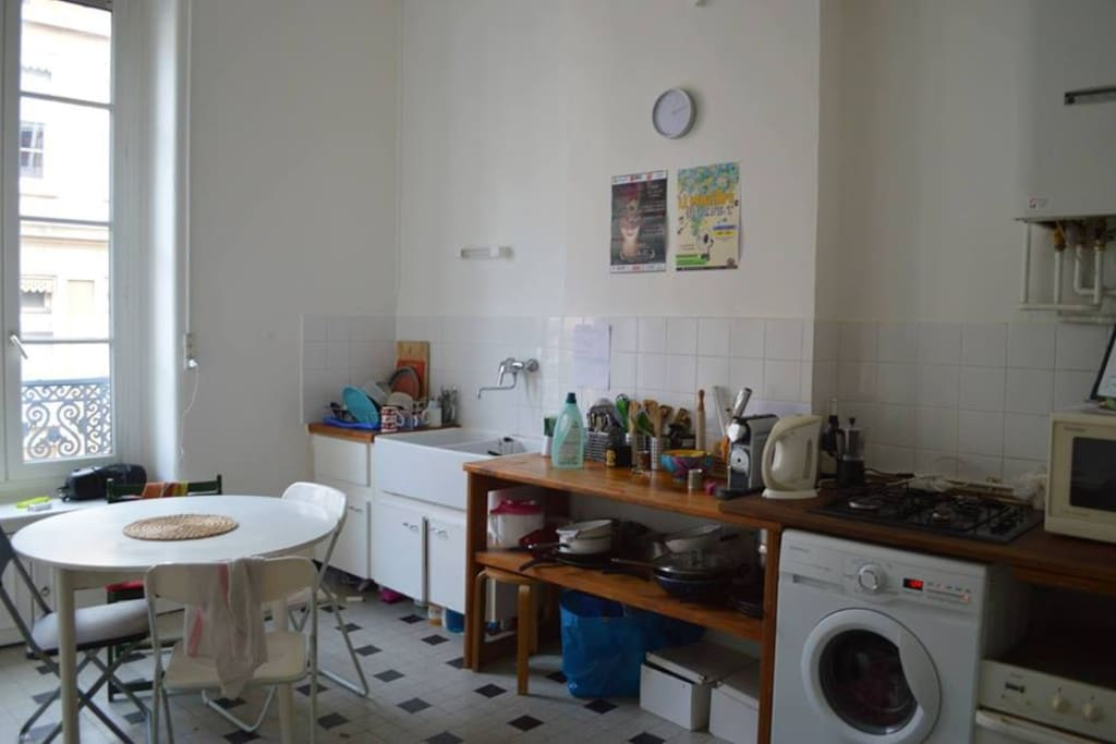 Cuisine spacieuse avec machine a laver/seche linge/ micro ondes/ frigos / congélateurs / rangements