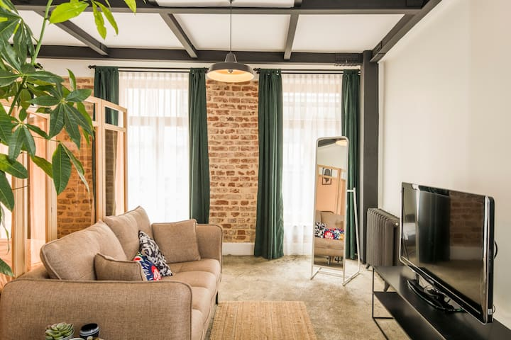 90% discount!Big studio w/ balcony next to markets