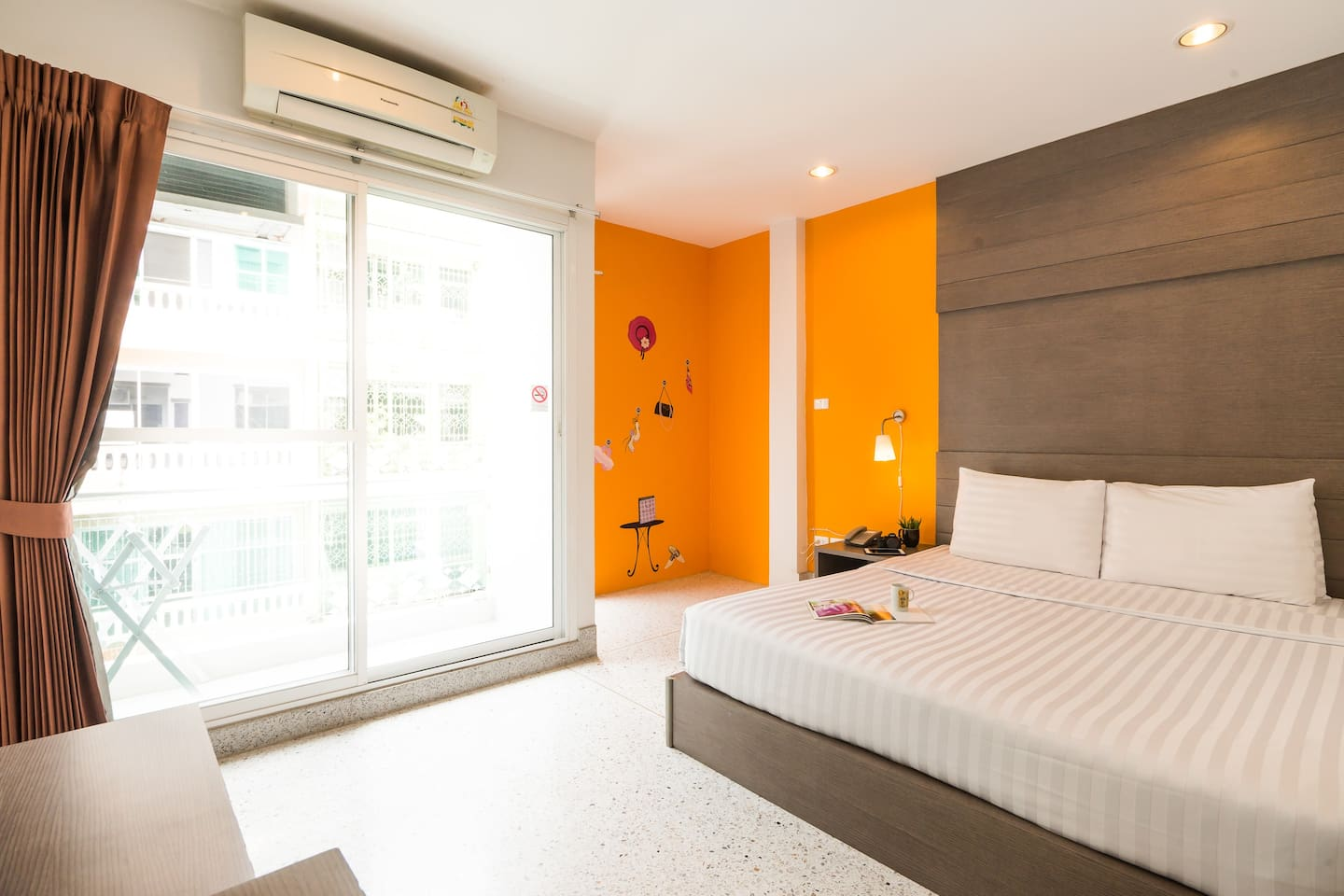 24 HRS Front desk with Clean Double room in Siam