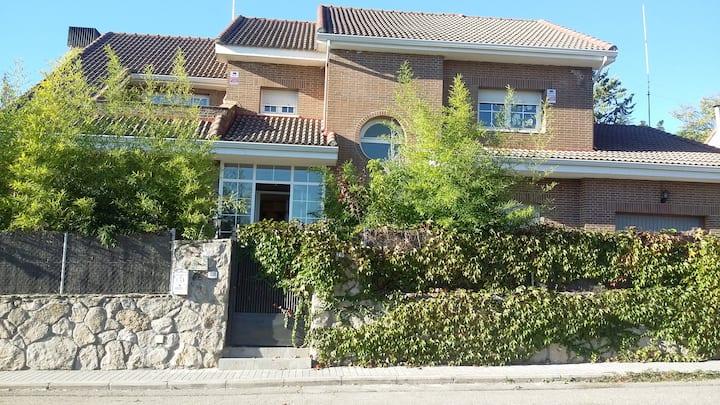 Habitación privada muy amplia y baño en La Navata