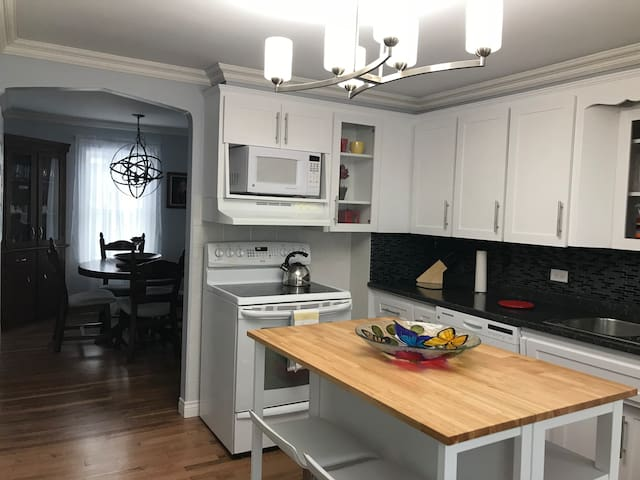 Cozy Home in Summerside Two min walk to the beach!