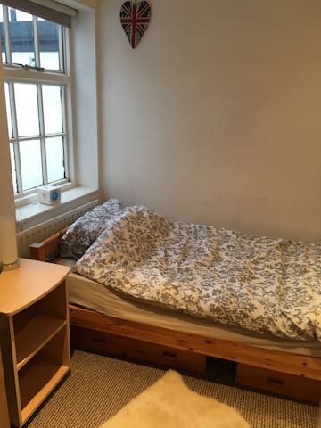 Single room in Teddington, close to all amenities. - Teddington - Huis