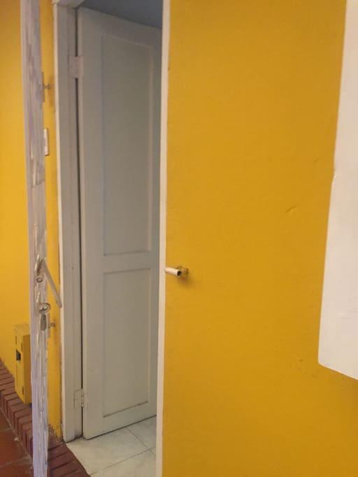 Entrada Principal Con puerta en madera y antepuerta de hierro.