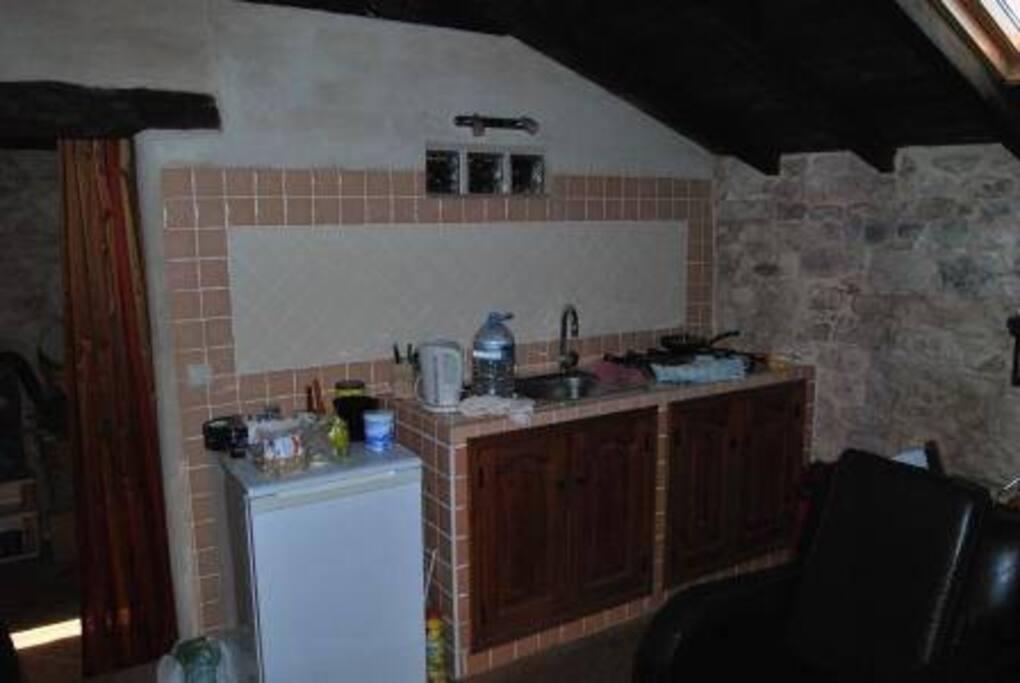 Dit is het keukenblok, koelkast en koken op (buta)gas.