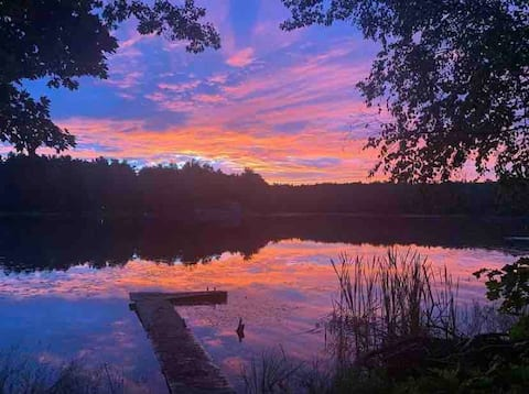Peaceful lake house near town. Free kayaks & canoe