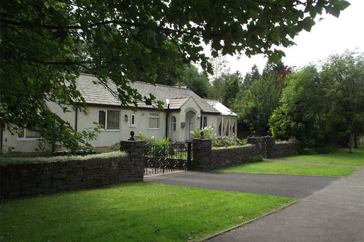 Bungalow in landscaped gardens opp steam railway