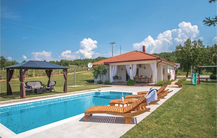 Holiday cottage with 3 bedrooms on 155 m² in Gornji Vinjani