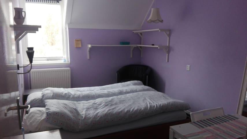Room with double bed for quiet internationals