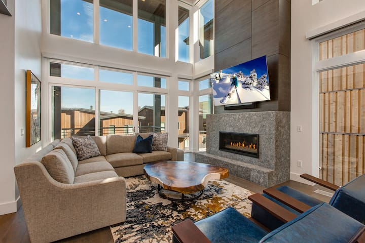 Comfortable Mountain Contemporary Furnishings, Smart TV, Gas Fireplace, and Floor-to-Ceiling Windows
