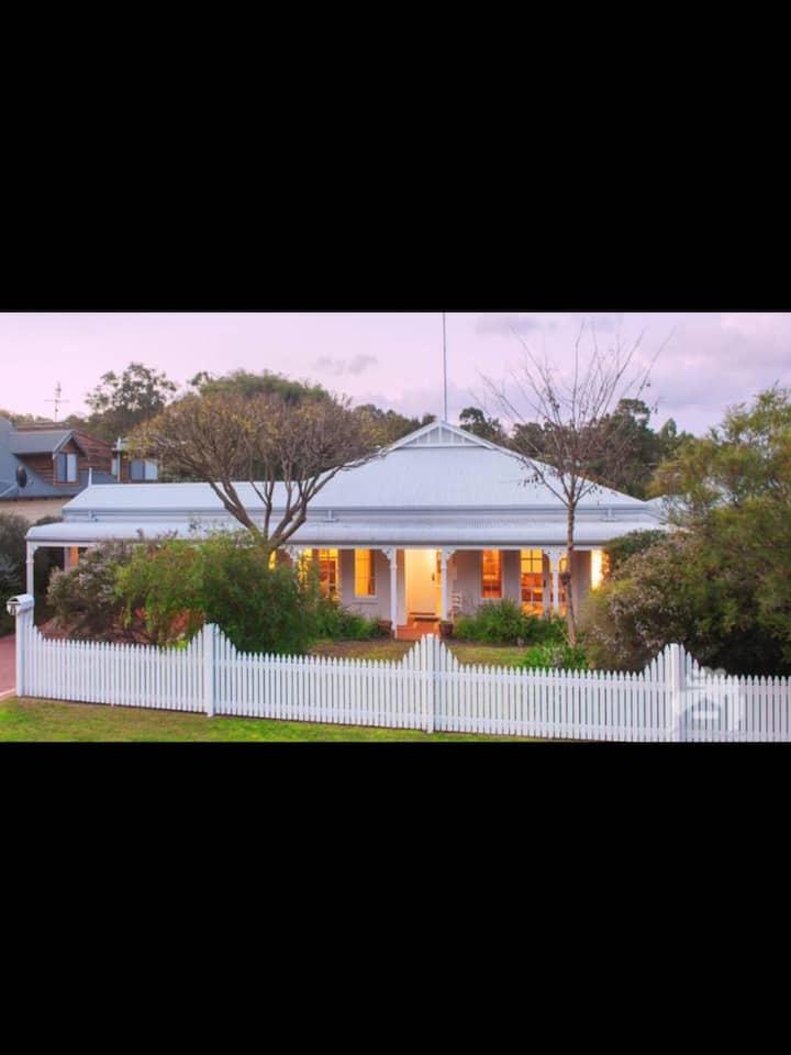 """Modern """"Old Dunsborough"""" Cottage 1"""
