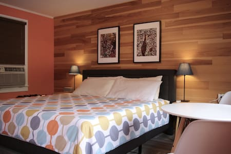 1950's mid century Motel #2 KING bed FREE BIKES!