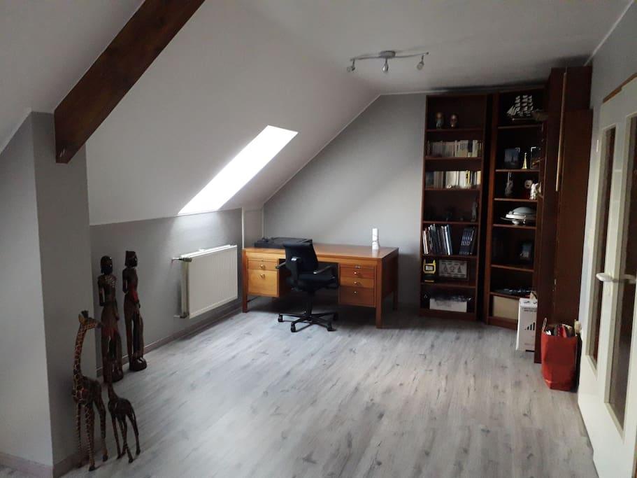 private leaving room + desk