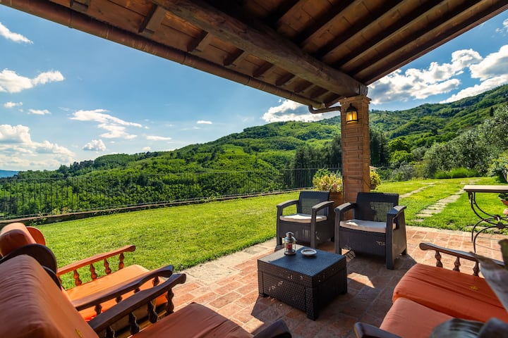 Villa with panoramic view and private garden in the countryside of Pistoia