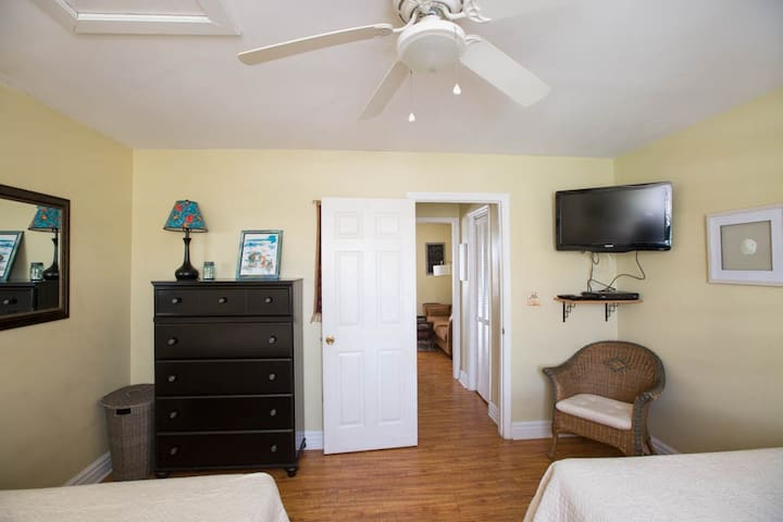 Oceanbound Cozy Little Condo in the heart of Folly Beach- Pet Friendly