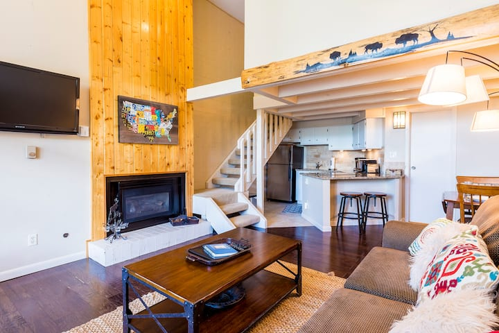 Ski Time Square by SkyRun! Walk to Ski Resort! Fireplace! Free Parking While You Ski!