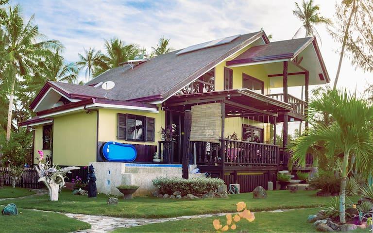 Hangover House- Unique 2 bed villa on the beach