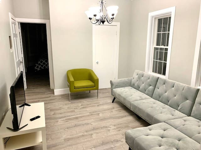 Chic apartment next to Airport/Downtown