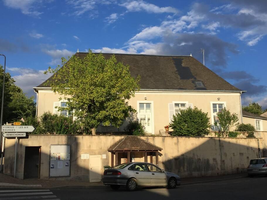 Le Presbytère vu côté angle rue de la Liberté et route de Bourges