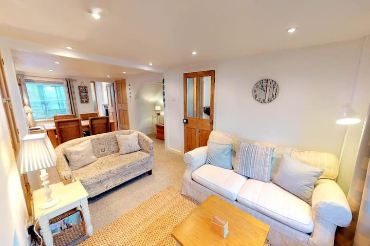 Delightful fisherman's cottage in Irsha Street  with 2 bedrooms. 5* reviews. Pet Friendly