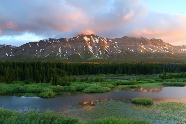 Cozy Cabin overlooking Glacier Park, MT Sleeps 8