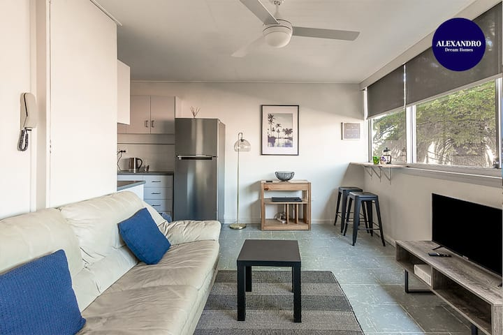 PADDINGTON PAD // PARKING // SMART TV // POOL
