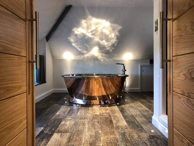 Skyfall - first floor apartment with copper air-spa bath and steam room
