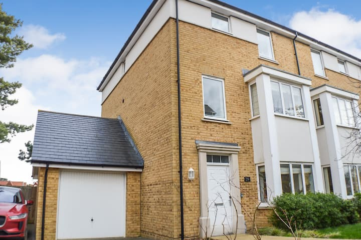 Invicta House modern 4 bedroom town house close to city centre