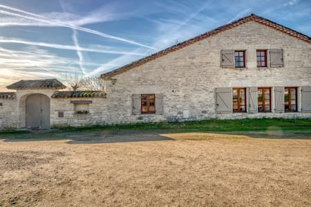 Charming Holiday Home with swimming pool and garden in Montpezat-de-Quercy.