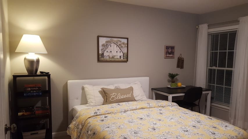 Apex - Private room-shared bath-close to RDU/RTP