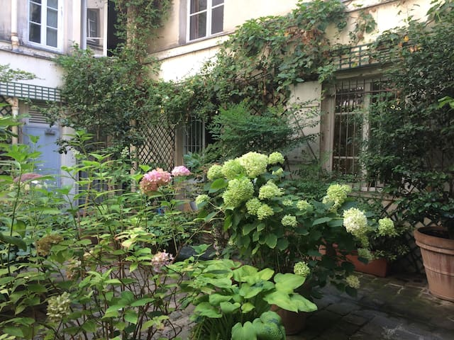Flat in a tree-filled courtyard near the Marais