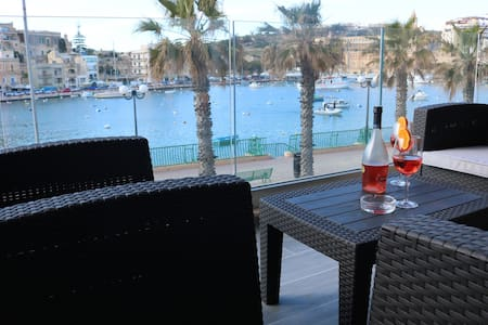 Seafront-sleeps 6-free wifi- Apt 1